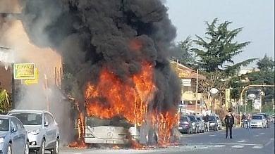 Il rogo infinito dei bus nella palude di Roma il carrozzone Atac va sempre più a fondo