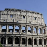 Roma,  false guide turistiche abbordavano turisti al Colosseo: 60 fermati