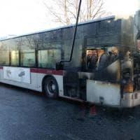 Roma, ancora un bus in fiamme: vettura a fuoco sulla Tuscolana