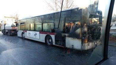 Atac, ancora un bus in fiamme  vettura a fuoco sulla Tuscolana