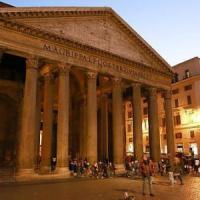 Roma, danneggia due candelabri al Pantheon: donna arrestata