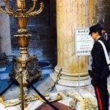 Danneggia due candelabri  al Pantheon: donna fermata