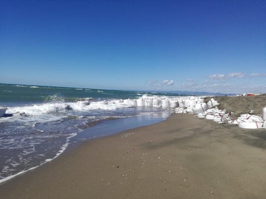 Fregene, sacchi in riva al mare: le barriere anti-erosione