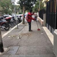 Roma, i volontari nigeriani puliscono le strade di Monteverde