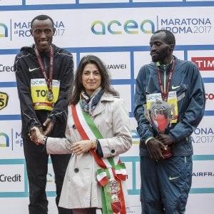 """Maratona di Roma, vincono Tola e Chota. A Zanardi l'handbike. Raggi: """"Se Milano ci invidia cosa possiamo farci"""""""