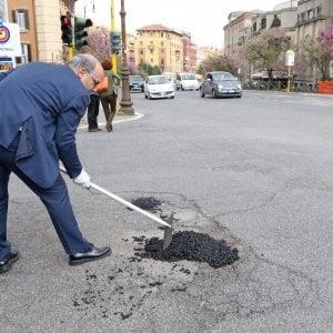 Roma, capitale fai-da-te: i volontari coprono la buca presidiata notte e giorno dai vigili