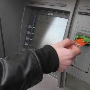 Viterbo, trova 600 euro al bancomat e li porta alla guardia di finanza
