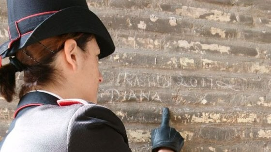 Incide nomi di moglie e figlia su pilastro del Colosseo: turista denunciato