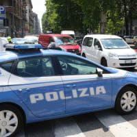 Roma, entra in un bar sulla Togliatti e spara al titolare: i clienti lo bloccano
