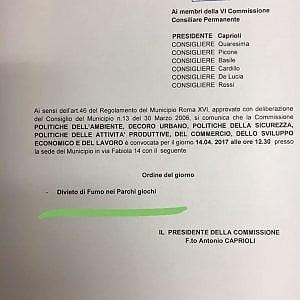 """Roma,  XII municipio: """"Vietare fumo nei parchi gioco"""". Ironia Pd: """"Strade e rifiuti non sono priorità per 5S"""""""