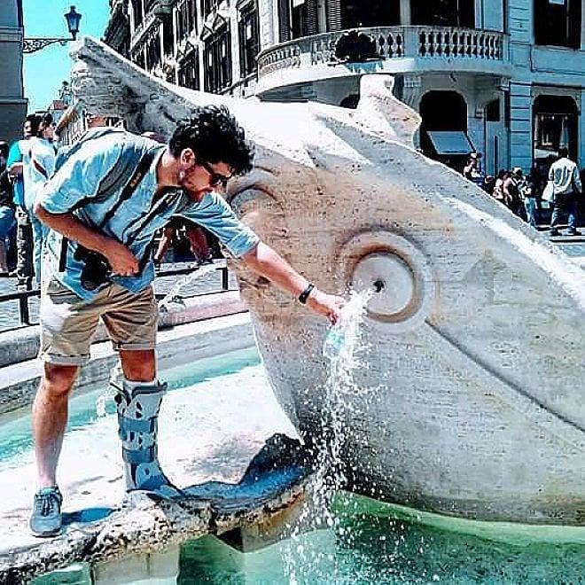 Roma, turista entra nella Barcaccia per riempire bottiglietta d'acqua