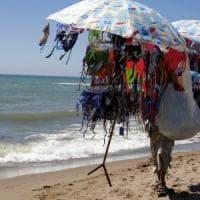 Sulla spiaggia di Sabaudia spunta l'ambulante col patentino