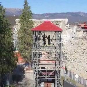 "Il sindaco di Amatrice contro turismo delle tragedie: ""Niente selfie sennò mi inc...."""