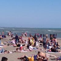 Pasquetta, pienone sul litorale romano: prima tintarella e tuffi in mare