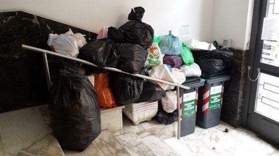 """Rifiuti a San Lorenzo, la denuncia dei residenti: """"Immondizia negli androni da cinque giorni"""""""
