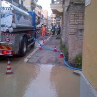 Roma, tubo rotto, via Prati della Farnesina invasa dall'acqua
