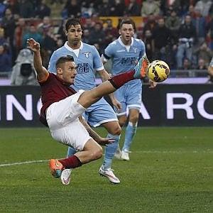 Roma,  a Totti: l'omaggio dello sponsor Scarpe speciali per l'ultimo derby
