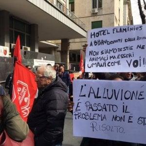 """Roma, gli sfollati dell'hotel Flaminius: """"Il Comune ci aiuti"""""""