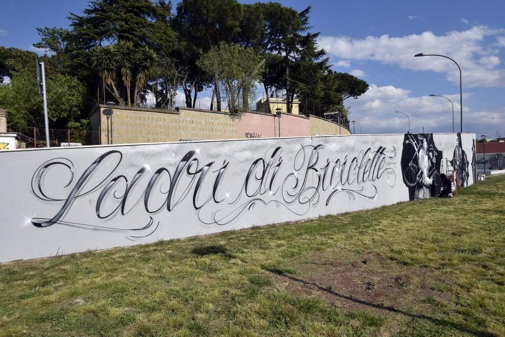 Roma, metro B: riapre il Parco Ionio con i murales ispirati a Ladri di biciclette