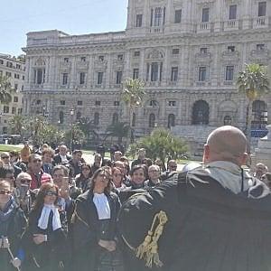 """Roma, avvocati in piazza contro la cassa forense: """"Costi eccessivi"""""""