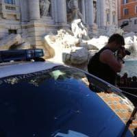 "Roma, l'assalto dei turisti a Fontana di Trevi: ""È un'opera d'arte"