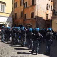 Roma, Tensione in via dei Coronari: Forza Nuova e Roma ai Romani occupano un teatro