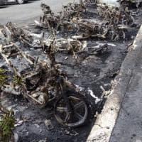Roma, maxi incendio al quartiere Trieste: in fiamme 20 scooter e un'auto