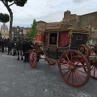Roma, carrozza d'epoca per gli sposi russi fermata al Colosseo: multato il cocchiere