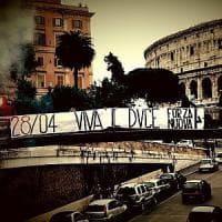 Roma, Colosseo, spunta lo striscione di Forza Nuova nel giorno della morte