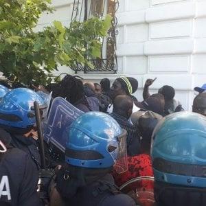 """Roma, ambulante morto dopo blitz polizia urbana. Gli amici: """"Investito da moto vigili"""". Testimoni: """"Si è accasciato al suolo"""""""