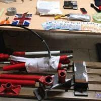 Roma, pressa idraulica e stampi per confezionare dosi cocaina: un arresto