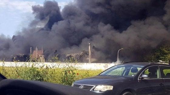 """Incendio in deposito plastica a sud di Roma. La Asl: """"Sospetto amianto"""""""