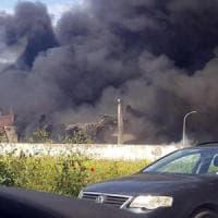 Incendio in deposito plastica a sud di Roma. La Asl: