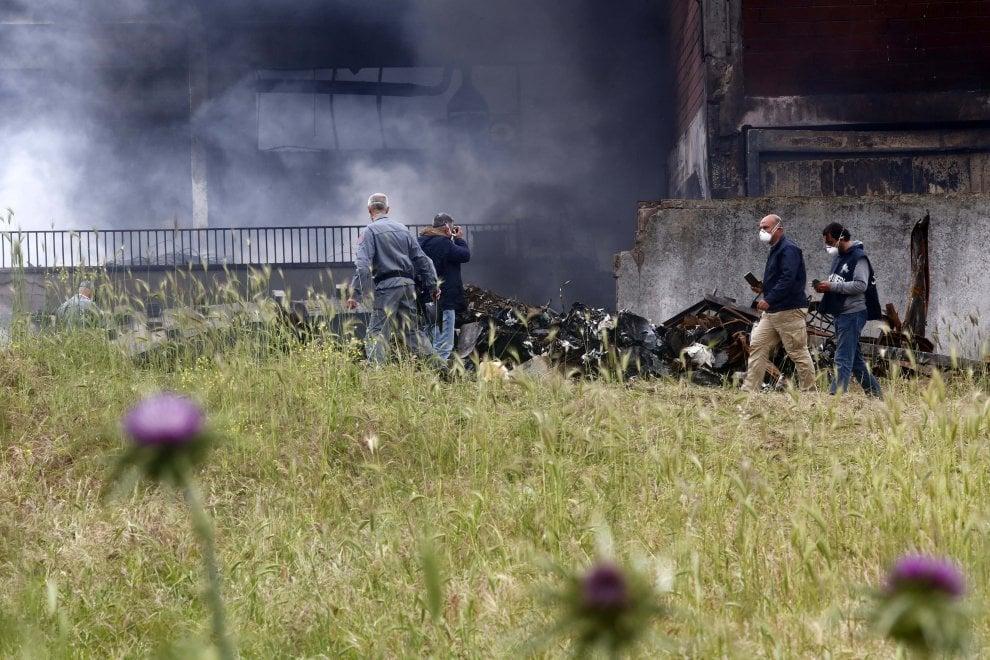 Rogo nel deposito di carta e plastica sulla Pontina, si lavora per spegnere fiamme