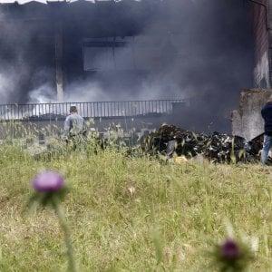 """Incendio in deposito plastica sulla Pontina, ad Ardea e Pomezia divieto di raccolta ortaggi e pascolo. La Asl: """"Tracce di amianto sul tetto"""""""