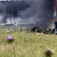 Incendio in deposito plastica sulla Pontina, ad Ardea e Pomezia divieto di raccolta ortaggi e pascolo. La Asl: