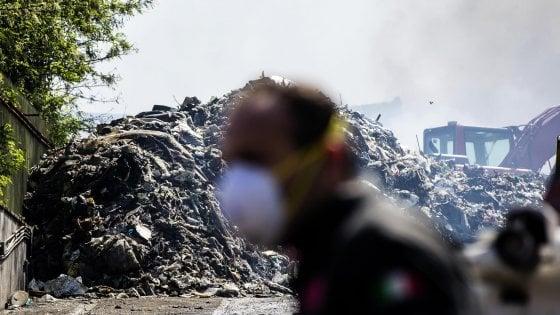 Incendio a Pomezia, l'Arpa tranquillizza: l'aria è a posto