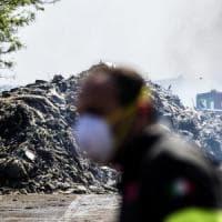 Incendio in deposito di plastica a Pomezia, frutta e verdura a rischio. I coltivatori: