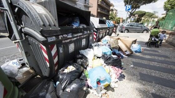 Emergenza rifiuti a Roma, è scontro Renzi-Grillo