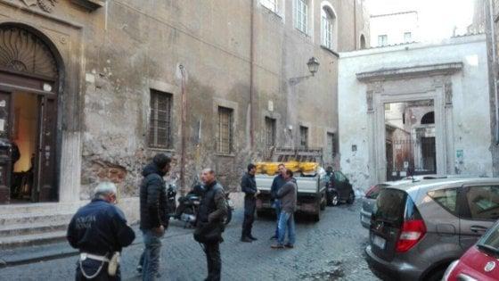 """Roma, sgomberato il Rialto. Gli attivisti: """"Non ci fermiamo davanti a una catena"""""""