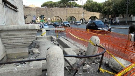 Roma, bus esce di strada e finisce contro fontana e la danneggia a San Pietro: autista contuso