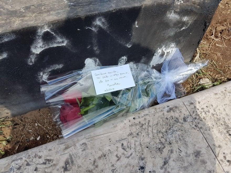 Roma, rogo camper a Centocelle: un mazzo di rose sulla cenere