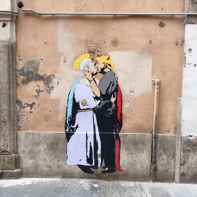 Roma, papa Francesco bacia il 'diavolo' Trump