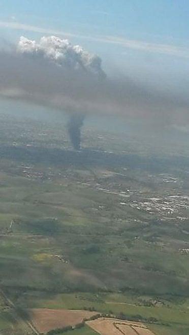 Pomezia, il rogo della Eco X visto dall'aereo il 5 maggio