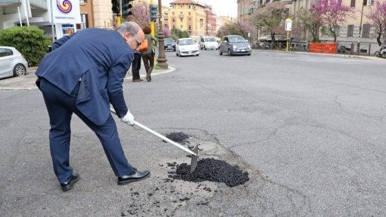 Roma, i volontari coprono le buche ma i vigili li fermano
