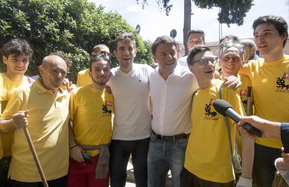 Emergenza rifiuti a Roma, il retake delle magliette gialle del Pd: Ci sono anche  Orfini e Madia