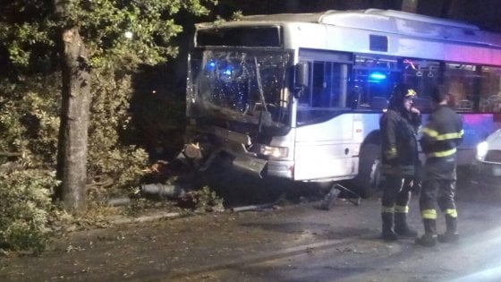 Roma, bus in fiamme: