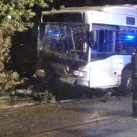 Roma, bus contro palo e albero a Villa Borghese: due feriti, uno è grave