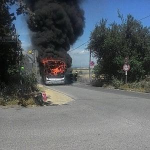 Roma, un altro bus va a fuoco vicino all'ospedale Sant'Andrea
