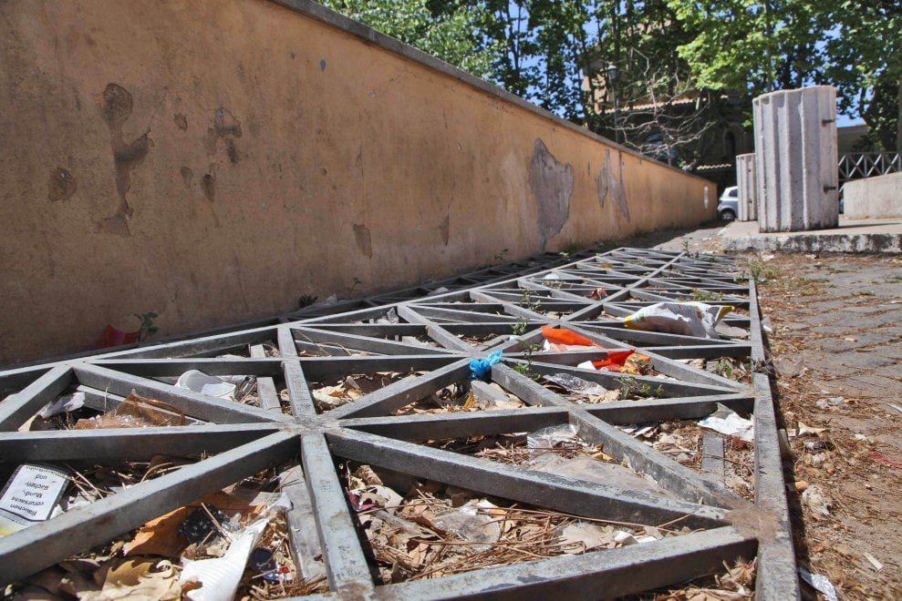 Roma, sterpaglie e rifiuti: degrado Gianicolo